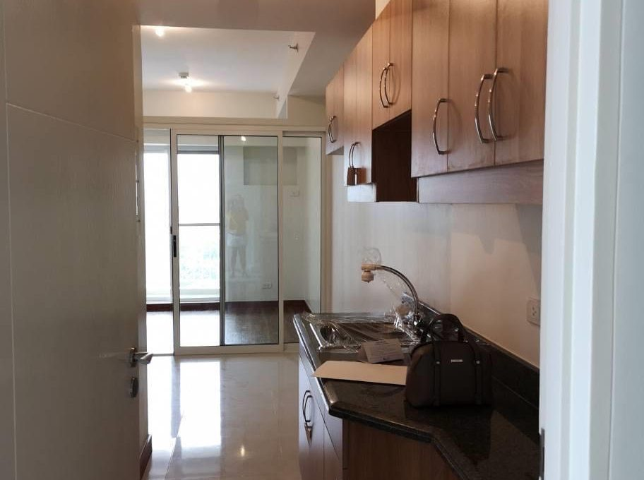 1 bedroom with balcony condo unit for Sale in Brio Tower Tower 5, Makati City (13)